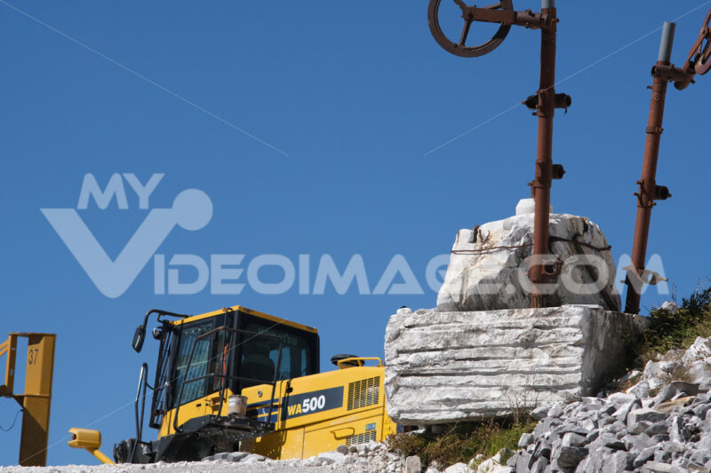 Komatsu excavator in a marble quarry in the Apuan Alps. - MyVideoimage.com | Foto stock & Video footage