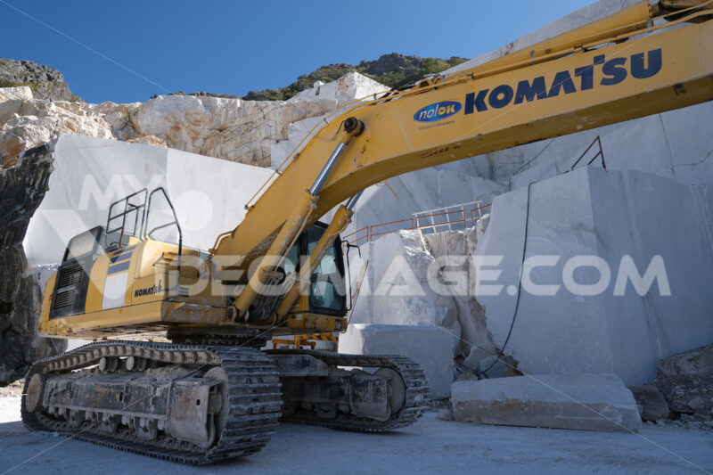 Komatsu excavator in a marble quarry. Crawler excavator in a marble quarry near Carrara. Stock photos. - MyVideoimage.com | Foto stock & Video footage