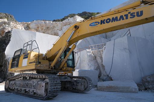 Komatsu excavator in a marble quarry. Crawler excavator in a marble quarry near Carrara. Stock photos. - MyVideoimage.com | Foto stock & Video footage