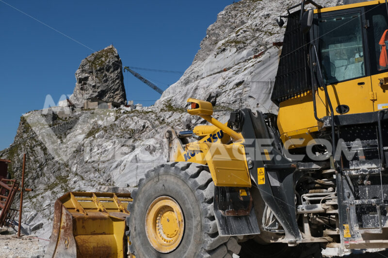 Komatsu, large white marble quarry with blue sky background. - MyVideoimage.com | Foto stock & Video footage