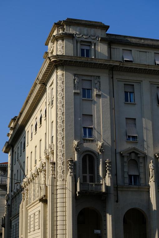 La Spezia building. Palaces of the twentieth century with sculptures. Stock photos. - MyVideoimage.com | Foto stock & Video footage