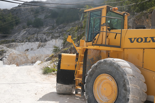Large Excavator. Mechanical shovel used for the excavation of marble in the Apuan quarries. Stock photos. - MyVideoimage.com | Foto stock & Video footage