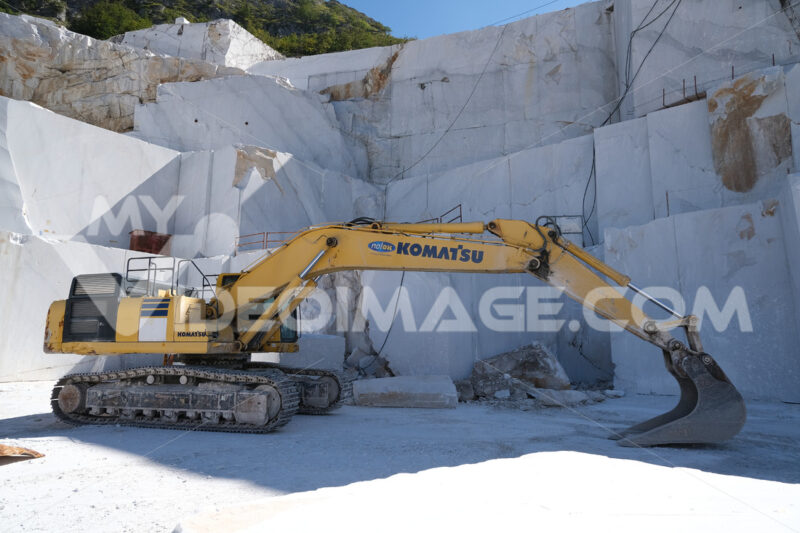 Large Komatsu excavator in a marble quarry. Crawler excavator in a marble quarry near Carrara. Stock photos. - MyVideoimage.com | Foto stock & Video footage
