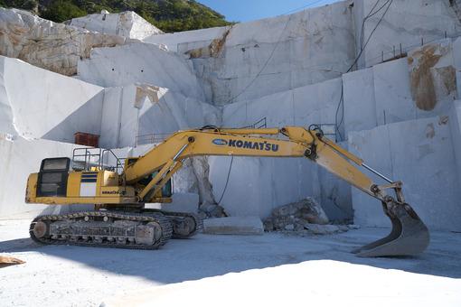 Large Komatsu excavator in a marble quarry. Crawler excavator in a marble quarry near Carrara. Stock photos. - MyVideoimage.com | Foto stock & Video footage