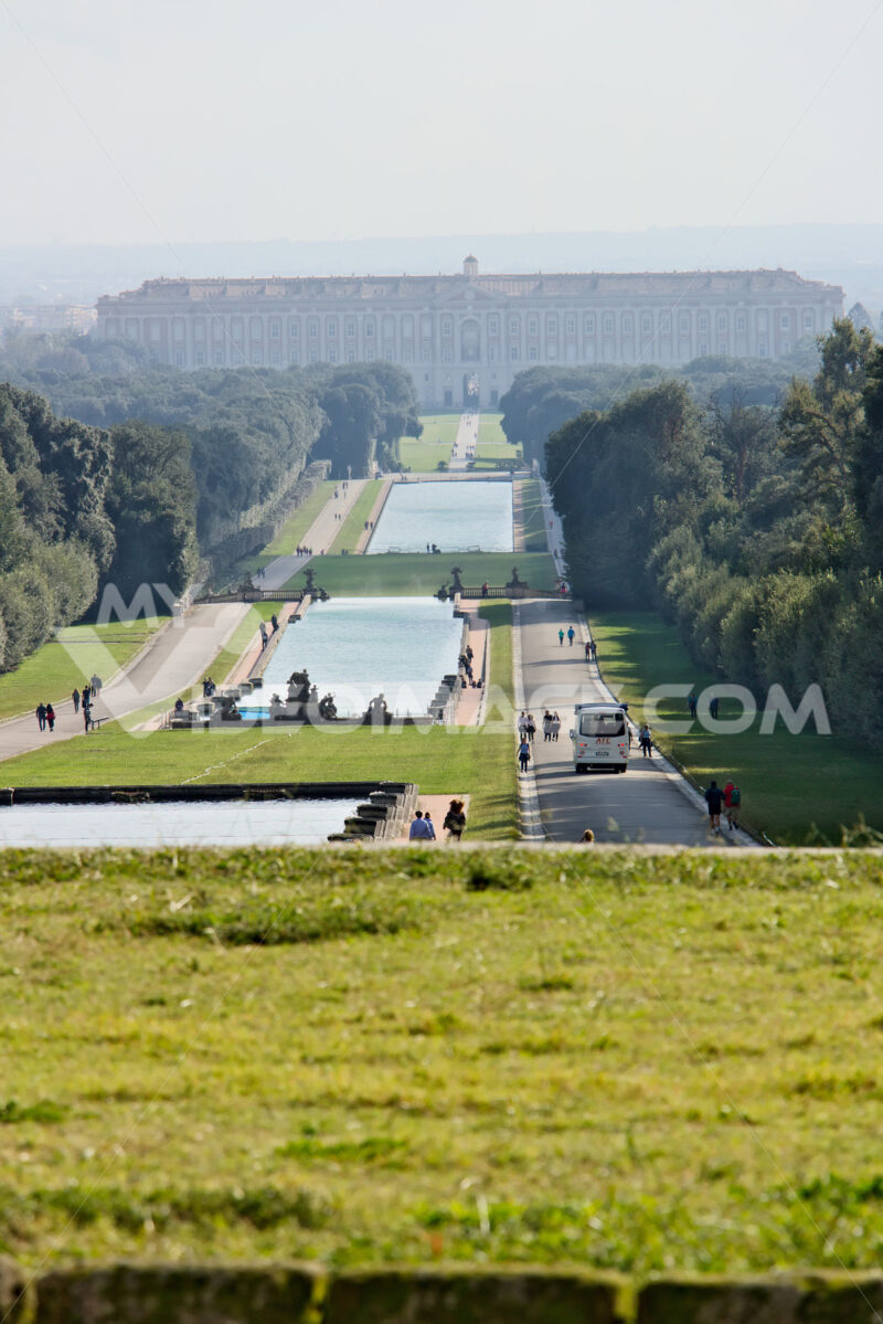 Large fountain. Reggia di Caserta, Italy. 10/27/2018. Large fountain in the park with tanks at various levels - MyVideoimage.com | Foto stock & Video footage