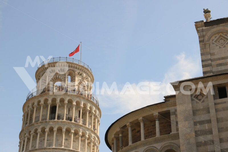 Leaning tower of Pisa. Cell with bells. The tower is built entirely with white Carrara marble. On the top floor, visiting tourists. - MyVideoimage.com