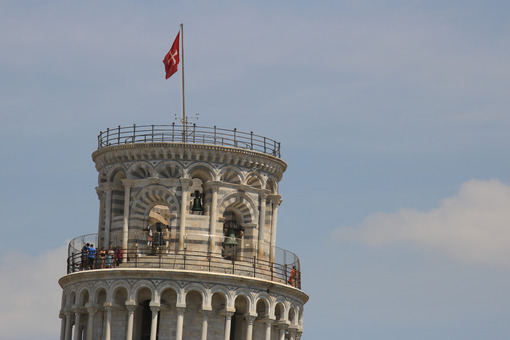 Leaning tower of Pisa. Cell with bells. The tower is built entirely with white Carrara marble. On the top floor, visiting tourists. - LEphotoart.com