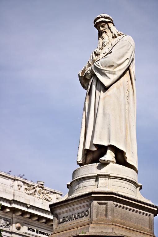 Leonardo da Vinci. Statue in Piazza della Scala in Milan. - MyVideoimage.com