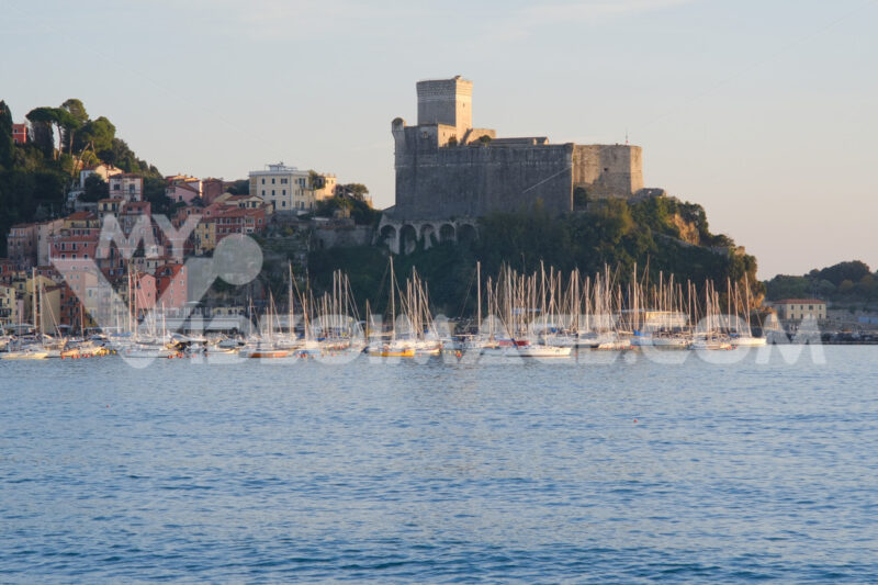Lerici Castle with the small tourist port. The village of Lerici is located at the end of the Gulf of La Spezia. - MyVideoimage.com | Foto stock & Video footage