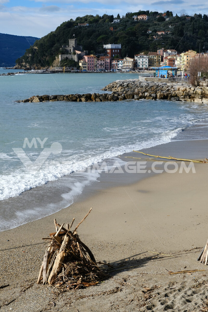 Lerici beach and the village of San Terenzo in Liguria. In the background the castle of San Terenzo. - MyVideoimage.com | Foto stock & Video footage