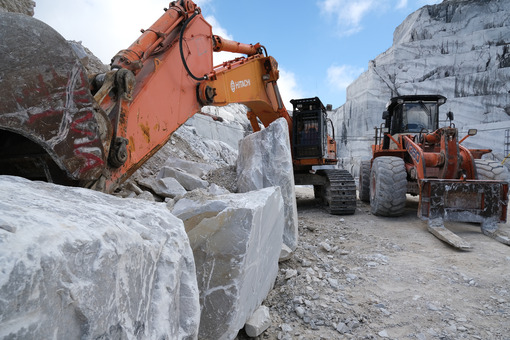 Loading fork in a quarry. Wheel loader in a white marble quarry near Carrara. Stock photos. - MyVideoimage.com | Foto stock & Video footage