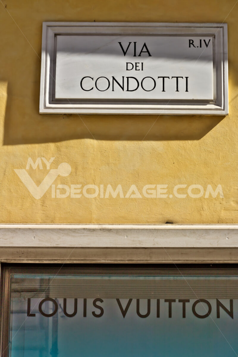 Louis Vuitton boutique, Rome. Via Dei Condotti street sign in Rome. Bottom sign of the Louis Vuitton boutique. - MyVideoimage.com | Foto stock & Video footage