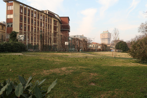 Maggiore Policlinico Hospital in Milan. Alfieri Pavilion with gardens and Velasca tower in the background. - MyVideoimage.com
