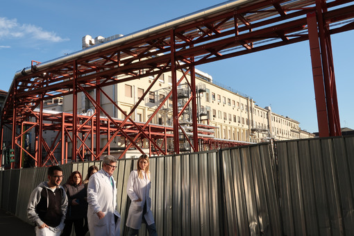 Major hospital, polyclinic. Doctors, students and medical staff walk outside the hospital. - MyVideoimage.com