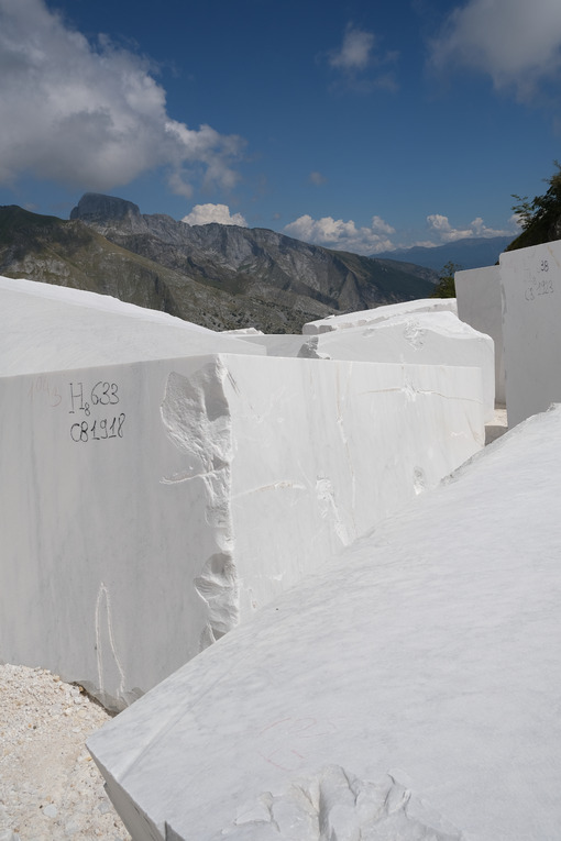 Marble blocks. Blocks of white Carrara marble deposited in a square near the quarries. Stock photos. - MyVideoimage.com | Foto stock & Video footage