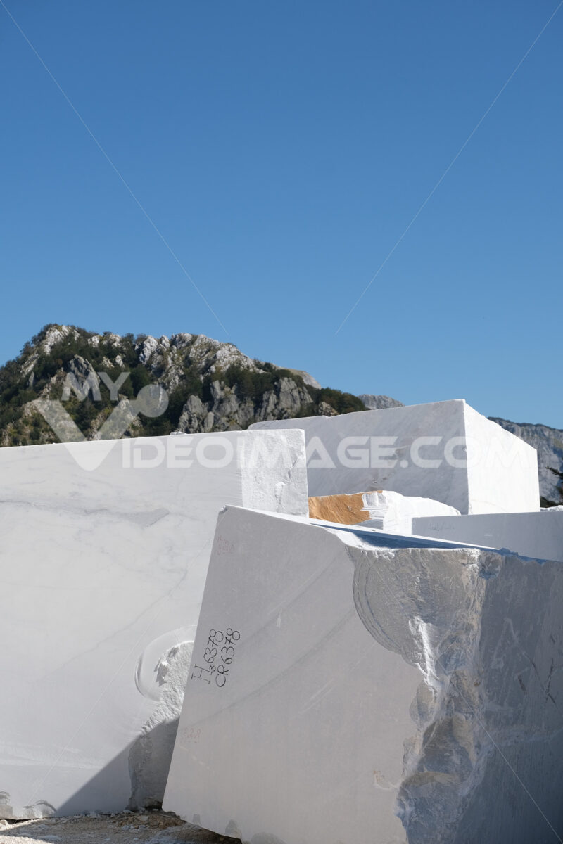 Marble blocks. White marble blocks deposited in a marble quarry in the Apuan Alps. - MyVideoimage.com | Foto stock & Video footage