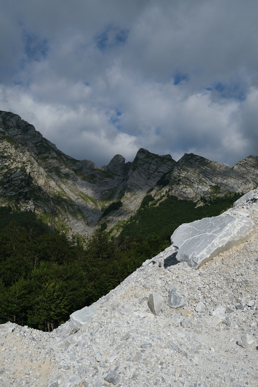 Marble debris in mountain. Marble debris on the mountains of the Apuan Alps in Tuscany. Stock photos. - MyVideoimage.com | Foto stock & Video footage