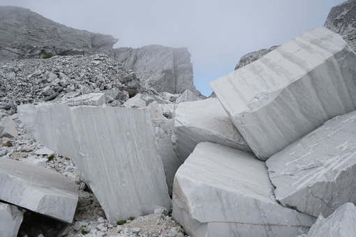 Marble debris. Blocks and debris in a white marble quarry. Stock photos. - MyVideoimage.com | Foto stock & Video footage