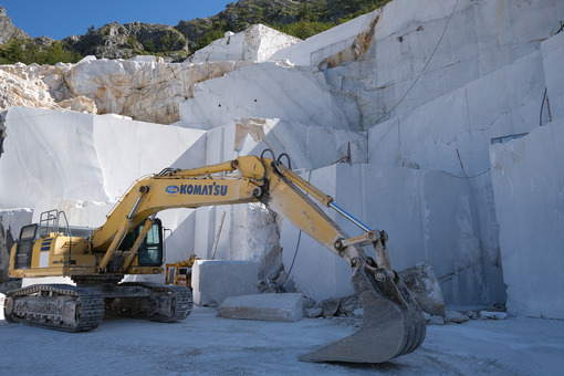 Marble excavation in quarry. Crawler excavator in a marble quarry near Carrara. Stock photos. - MyVideoimage.com | Foto stock & Video footage