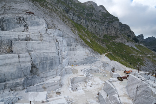 Marble extraction. White marble quarries on the Apuan Alps in Tuscany. Stock photos. - MyVideoimage.com | Foto stock & Video footage