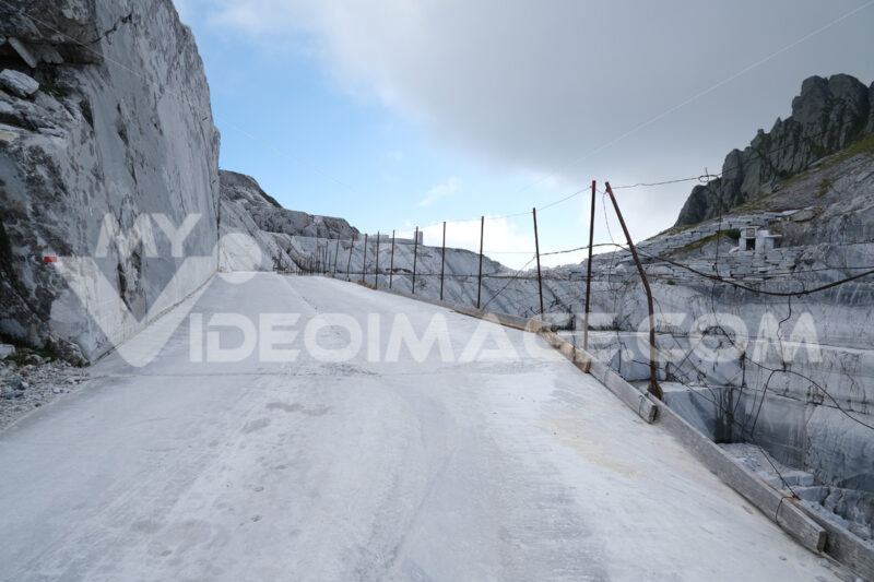 Marble flooring. White marble quarries on the Apuan Alps in Tuscany. Stock photos. - MyVideoimage.com | Foto stock & Video footage