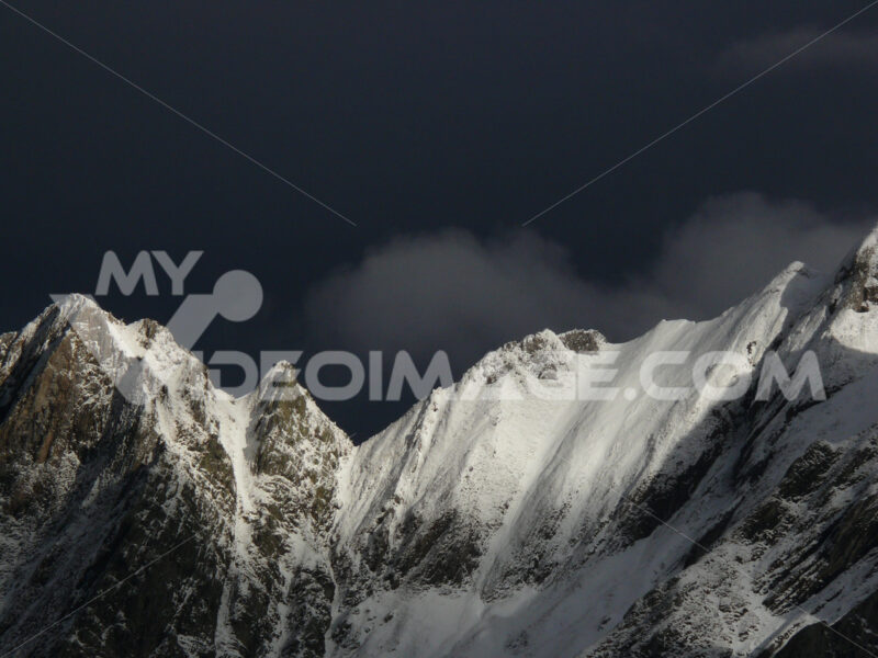Marble quarries. Alpi Apuane in winter with snowy peaks.  The white marble quarries are camouflaged with the white of the snow. Passo del Vestito (Lucca) - MyVideoimage.com | Foto stock & Video footage