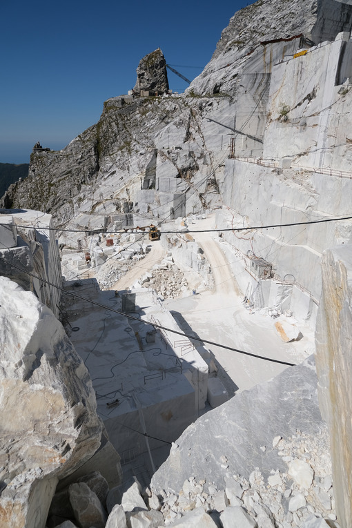 Marble quarries. Large white marble quarry with blue sky background. - MyVideoimage.com | Foto stock & Video footage