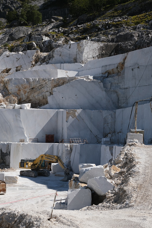 Marble quarry with excavator in Italy. Crawler excavator in a marble quarry near Carrara. Stock photos. - MyVideoimage.com | Foto stock & Video footage