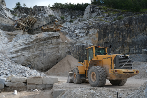 Marble quarry with mechanical vehicles. Marble quarry in the Apuan Alps in Tuscany. Stock photos. - MyVideoimage.com | Foto stock & Video footage