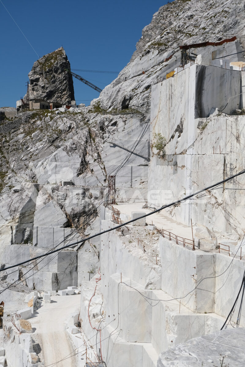 Marble quarry. Large white marble quarry with blue sky background. - MyVideoimage.com | Foto stock & Video footage