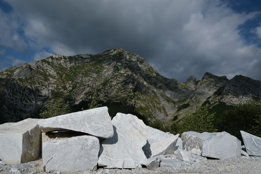 Marble stones. Large marble stones on the mountains of the Apuan Alps in Tuscany. Stock photos. - MyVideoimage.com | Foto stock & Video footage