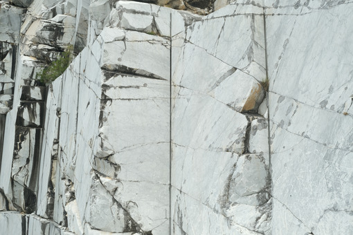 Marble texture in a quarry. Wall of a white marble quarry under the mountain. Stock photos. - MyVideoimage.com | Foto stock & Video footage