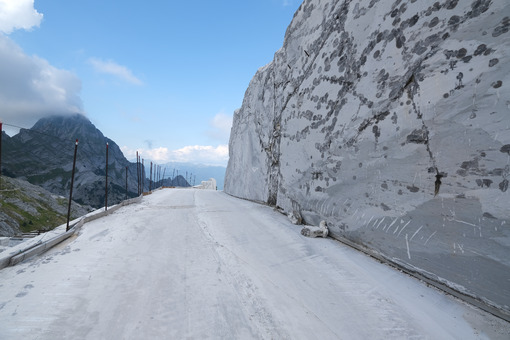 Marble wall. White marble quarries on the Apuan Alps in Tuscany. Stock photos. - MyVideoimage.com | Foto stock & Video footage