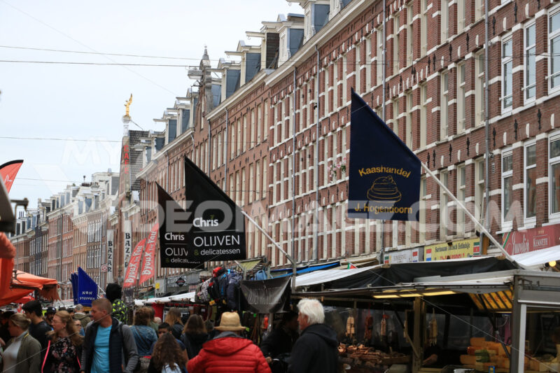 Market in Amsterdam. Market on the Albert Cuypstraat in Amsterdam. Many stalls sell l - MyVideoimage.com | Foto stock & Video footage