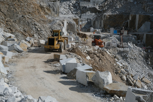 Mechanical vehicles in a quarry. Marble quarry in the Apuan Alps in Tuscany. Stock photos. - MyVideoimage.com | Foto stock & Video footage