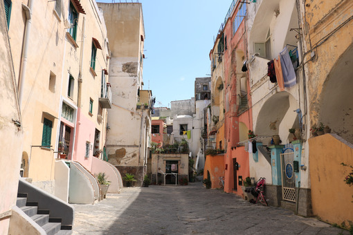 Mediterranean courtyard. Village of Procida, Mediterranean Sea, near Naples. Characterist - MyVideoimage.com | Foto stock & Video footage