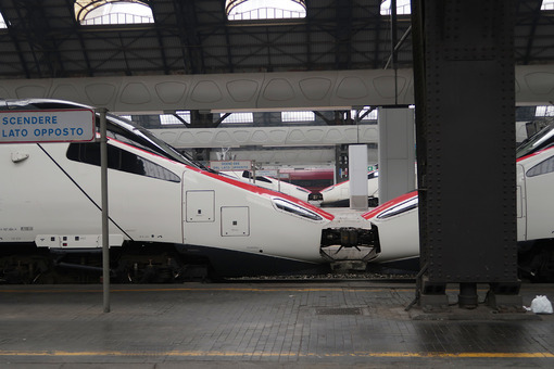 Milan, Central Station. High speed locomotives. - MyVideoimage.com
