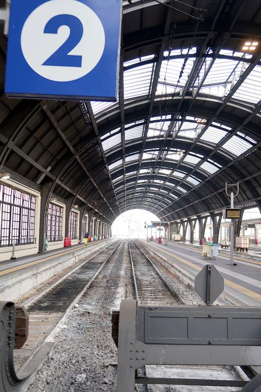 Milan, Central Station. Track 2 without trains - MyVideoimage.com