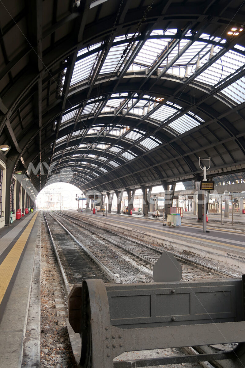 Milan, Central Station.  Tracks 1 and 2 without train - MyVideoimage.com