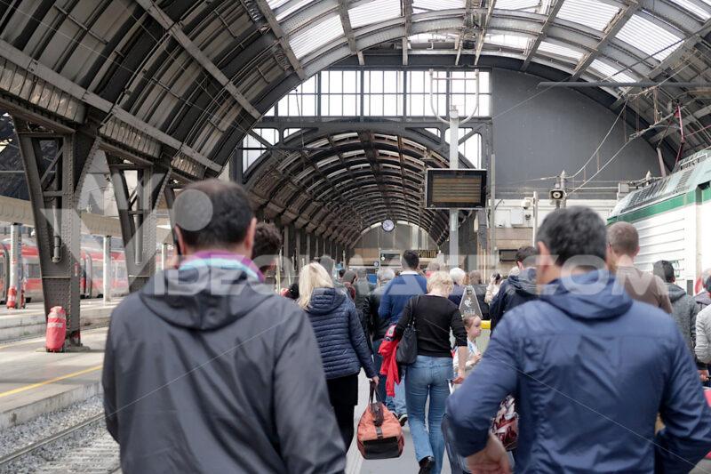 Milan, Central Station. Travelers in transit - MyVideoimage.com