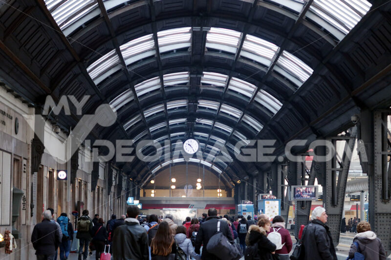 Milan, Central Station. Travelers in transit - MyVideoimage.com