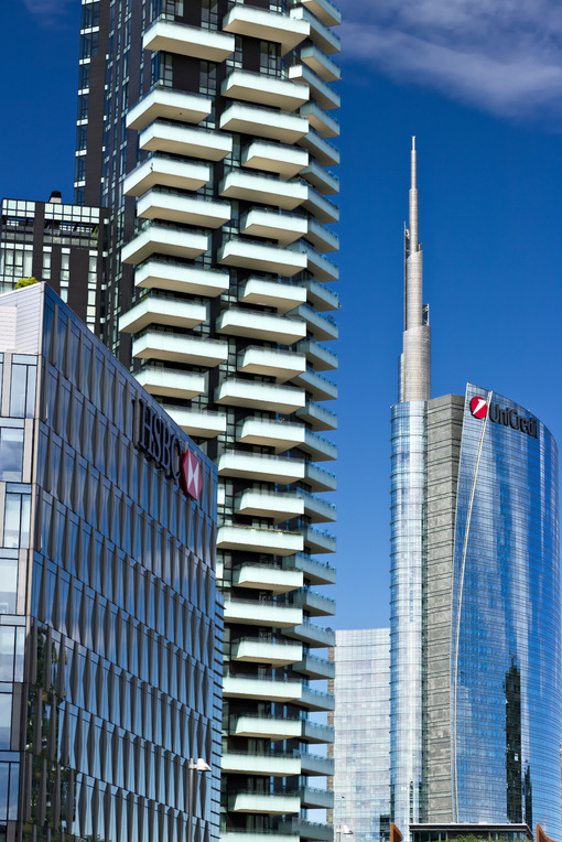 Modern buildings, skyscrapers, roads and traffic in Milano. Città italiane.