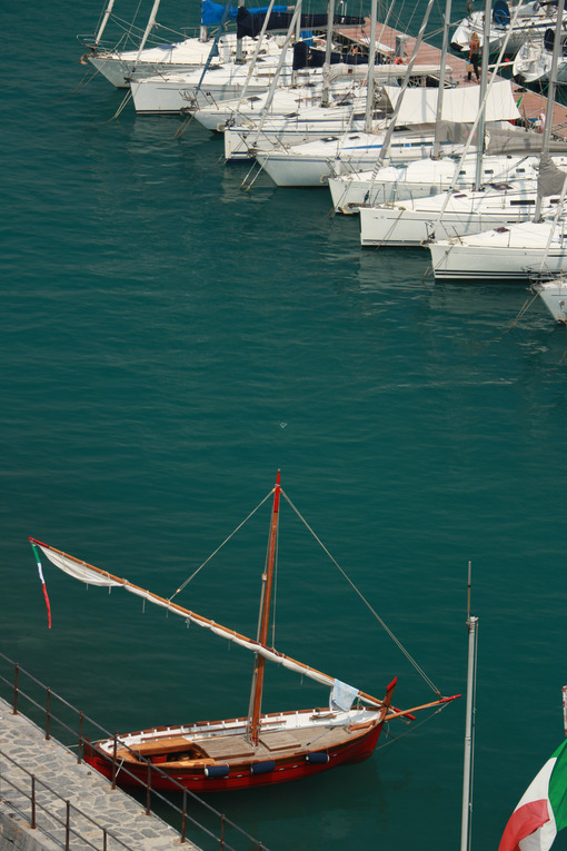 Modern sailboats and an antique boat moored at the harbor. Foto mare e barche. Sea pictures - MyVideoimage.com