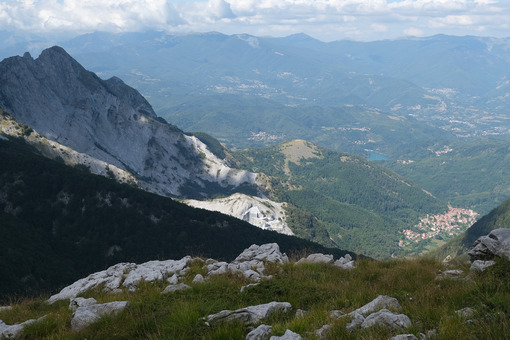 Montagne Apuane. Mountains of the Apuan Alps between Monte Pisanino and Monte Cavallo. Foto stock royalty free. - MyVideoimage.com | Foto stock & Video footage