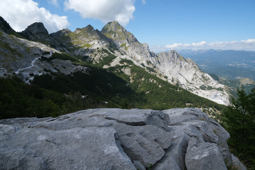 Montagne di marmo. Mountains of the Apuan Alps between Monte Pisanino and Monte Cavallo. Foto stock royalty free. - MyVideoimage.com | Foto stock & Video footage