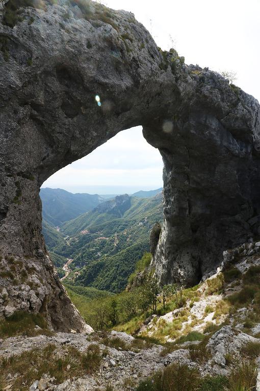 Monte Forato. Alpi Apuane. Alpi Apuane, Forte dei Marmi, Lucca, Tuscany, Italy.  Monte Forato, arch pass. - MyVideoimage.com | Foto stock & Video footage