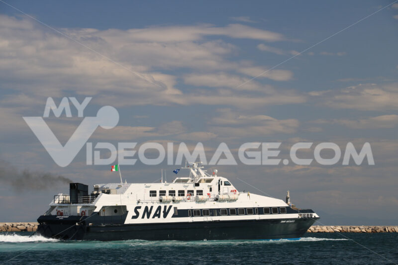 Monte di Procida. Ferry boat in the Gulf of Naples. In the background, the seaside village of Monte di Procida - MyVideoimage.com | Foto stock & Video footage