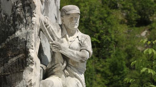 Monument to the tecchiaiolo quarryman to the Carrara marble quar - MyVideoimage.com