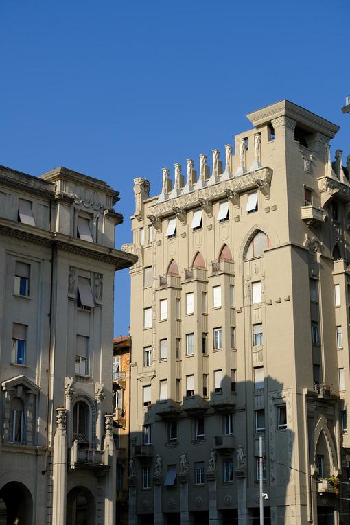 Monumental building in La Spezia. Palaces of the twentieth century with sculptures. Stock photos. - MyVideoimage.com | Foto stock & Video footage