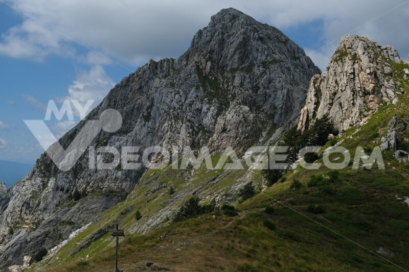 Mountain path on the Alpi Apuane. Trail on the top of a mountain in the Apuan Alps in Tuscany. Stock photos. - MyVideoimage.com | Foto stock & Video footage
